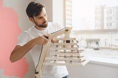 Junger Mann tut Wohnung repairment selbst zuhause Stockbild