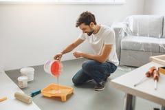 Junger Mann tut Wohnung repairment selbst zuhause Stockfoto