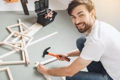 Junger Mann tut Wohnung repairment selbst zuhause Lizenzfreies Stockbild