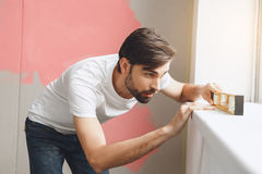 Junger Mann tut Wohnung repairment selbst zuhause Lizenzfreies Stockfoto