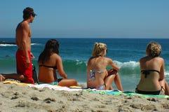 Junger Mann und drei Mädchen Lizenzfreies Stockfoto