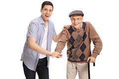 Junger Mann und ein Senior, der ihre Hände zusammenfügt Stockfotos