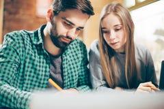Junger Mann und Frau arbeiten an einem neuen Projekt stockbilder