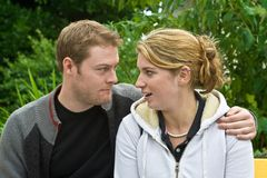 Junger Mann und Frau auf Bank Lizenzfreie Stockbilder