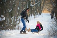 Junger Mann und Frau auf einem Schlitten Lizenzfreies Stockfoto