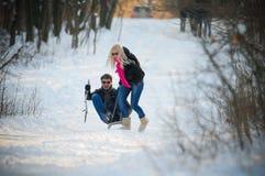Junger Mann und Frau auf einem Schlitten Lizenzfreie Stockfotos