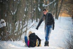 Junger Mann und Frau auf einem Schlitten Stockfotografie