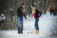 Junger Mann und Frau auf einem Schlitten Lizenzfreie Stockfotografie