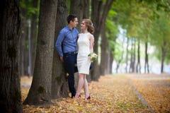Junger Mann und Frau auf einem Weg, Glück stockbilder