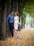 Junger Mann und Frau auf einem Weg, Glück stockfoto