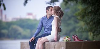 Junger Mann und Frau auf einem Weg in einem Park, Glück lizenzfreie stockfotografie