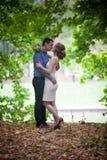 Junger Mann und Frau auf einem Weg in einem Park, Glück lizenzfreie stockbilder