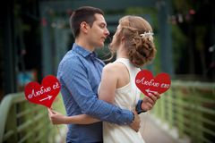 Junger Mann und Frau auf einem Weg in einem Park, Glück lizenzfreies stockfoto