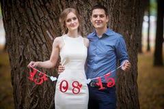 Junger Mann und Frau auf einem Weg in einem Park, Glück lizenzfreies stockbild