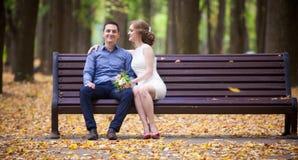 Junger Mann und Frau auf einem Weg in einem Park, Glück stockbilder