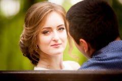 Junger Mann und Frau auf einem Weg in einem Park, Glück lizenzfreie stockfotos