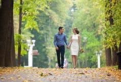 Junger Mann und Frau auf einem Weg in einem Park, Glück stockfotografie