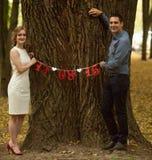 Junger Mann und Frau auf einem Weg in einem Park, Glück stockfotos