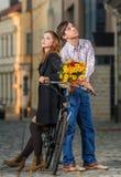Junger Mann und Frau, die miteinander ein lehnt stockfotografie