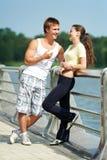 Junger Mann und Frau, die sich nachher entspannt Lizenzfreie Stockfotos