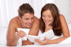 Junger Mann und Frau, die sich zusammen hinlegt lizenzfreie stockbilder