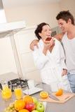 Junger Mann und Frau, die Toast in der Küche isst Lizenzfreie Stockfotos