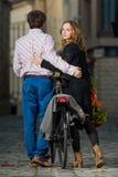 Junger Mann und Frau, die weg zusammen geht lizenzfreie stockfotos