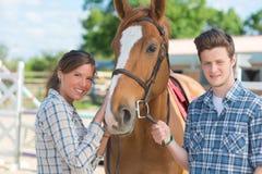 Junger Mann und Frau mit Pferd stockfoto