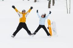 Junger Mann und Frau mit treir Snowboards lizenzfreies stockfoto