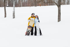 Junger Mann und Frau mit treir Snowboards stockbild