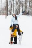 Junger Mann und Frau mit treir Snowboards lizenzfreie stockfotos