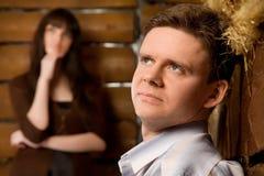 Junger Mann und junge Frau in der hölzernen Protokollhütte Stockfotos