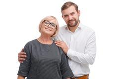 Junger Mann und seine Professorfrau auf einem weißen Hintergrund stockfotografie