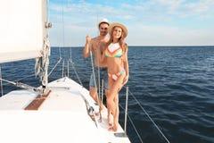 Junger Mann und seine schöne Freundin im Bikini stockbilder