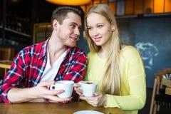 Junger Mann und trinkender Kaffee der Frau in einem Restaurant Junger Mann und trinkender Kaffee der Frau auf einem Datum Mann un lizenzfreies stockfoto
