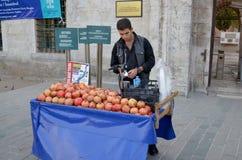 Junger Mann verkauft Lebensmittel Stockfotos