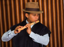 Junger Mann von Otavalo, Ecuador, die quena Flöte spielend Stockbild