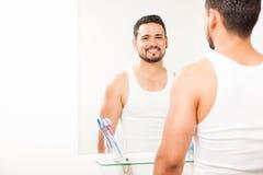 Junger Mann vor einem Badezimmerspiegel Lizenzfreie Stockbilder