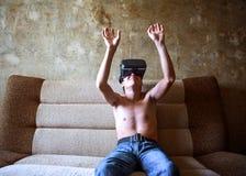 Junger Mann in VR-Gläsern Stockfotos