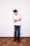 Junger Mann in VR-Gläsern Stockbild