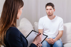 Junger Mann während der Psychotherapie Stockbilder