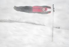Junger Mann während des Schneesturms Stockfoto
