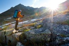 Junger Mann wandert in den Hochländern von Altai-Bergen, Russland Lizenzfreie Stockbilder