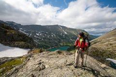 Junger Mann wandert in den Hochländern von Altai-Bergen, Russland Lizenzfreie Stockfotografie