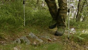 Junger Mann wandert in Norwegen mit den Wanderstöcken stock video footage