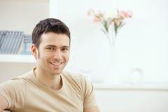 Junger Mann zu Hause Stockbilder