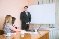 Junger Mann, zum bei einer Sitzung zu sprechen Lizenzfreie Stockfotos