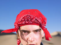 Junger Manntragender Bandana Stockfotos