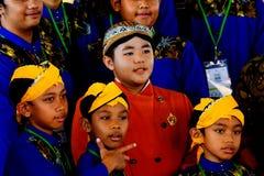 Junger Marionettenmeister und seine Mannschaft stockfoto
