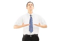 Junger meditierender Geschäftsmann Stockfotos
